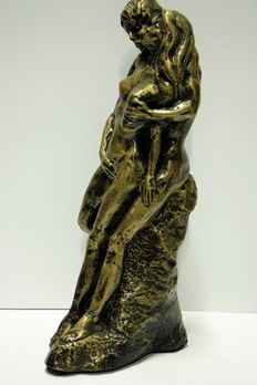 Statue; Love couple in intimate posture - 21st century