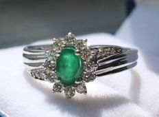14 kt White gold ring inlaid with diamond and emerald – ring size: 17.5