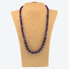 18 kt (750) yellow gold necklace with amethysts arranged by size. Length: 63 cm