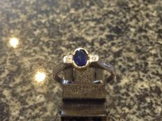 Ring in 14 kt with diamond and synthetic sapphire