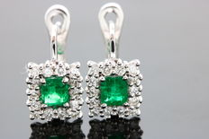 Earrings set with 2 intense green emeralds, totalling 0.64 ct, & 28 brilliant cut diamonds with a total of 0.50 ct – Size: 4.15 mm x 4.55 mm – Sealed by a jewellery certificate