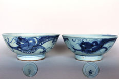 Two bowls with Chilong dragons and blue-white floral painting - China - Ming Dynasty