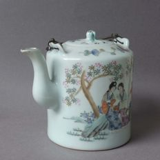 A Famille Verte Teapot - China - early 20th century (Republic period)