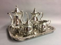 Silver plated tea- and coffee set on a serving tray, Wallace Silver Plate, U.S.A, ca. 1935