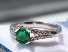 14 kt white gold ring inlaid with diamond and emerald - 17