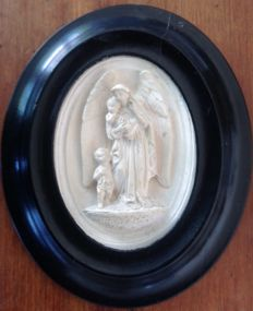 Oval frame Napoleon III with its soaped limestone angel -19th-signed