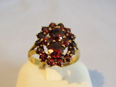 Victorian ring with faceted rose-cut garnets