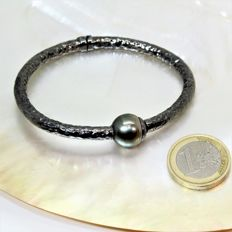 Rigid bracelet in hammered black rhodium-plated 925 silver and baroque Tahitian pearl of Ø 12-13 mm