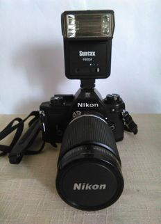 Nikon EM with Zoom Nikkor 35-135mm f3.5-4.5 lens and filtro Toshiba +flash Suntax. 1979 Japan.