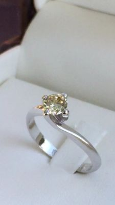 Solitaire – Valentino model – 18 kt white gold ring with 0.47 ct yellow diamond – Size: 14