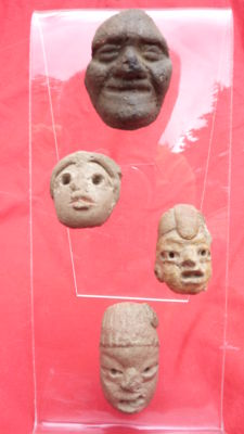 Plexiglass stand with 4 pre-Columbian heads (4)