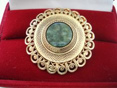 Vintage 1970s - Signed - yellow Gold plated filigree scarf clip brooch with Jade - Pristine