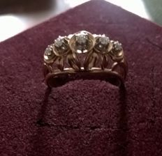 18 kt gold ring - five diamonds set on platinum claws.