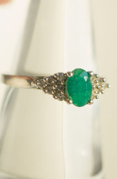 14 kt white gold ring with a 0.38 carat emerald, and 12 diamonds, 0.12 carat, comes with a certificate – Size 16.25 mm
