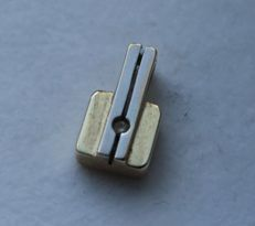 14 kt yellow gold pendant inlaid with zirconia. Size 7 x 12 mm.