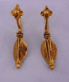 Antique leaf-shaped Gujarat earrings from the early 20th century – 22 kt gold – India