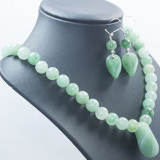 925/000 silver set of necklace and earrings in jade. Length: 45 cm and 50 mm. No reserve