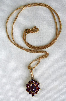 Necklace made of a chain in 18 kt gold and a pendant in vermeil and garnets
