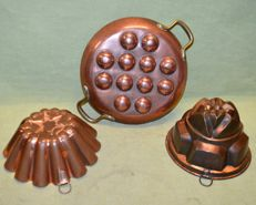 Old lot of three copper objects and pan, two budino moulds and and pan to cook snails the french way
