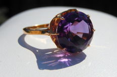 18 kt rose gold cocktail ring set with a central round solitaire amethyst gemstone.