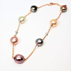 750 gold necklace with cultured multi-coloured BQ pearls measuring 11 x 12 mm in diameter, and with diamonds.