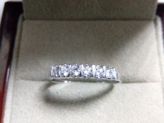 18 kt white gold ring with 6 diamonds.