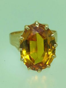18 kt gold ring with gold citrine of 10 ct.