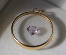 14 kt yellow gold pendant inlaid with a heart made of amethyst. Size: 20 x 28 mm