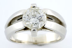 18 kt gold solitaire ring with natural brilliant cut diamond of 1.67 ct. (J-P2), with IGE certificate.