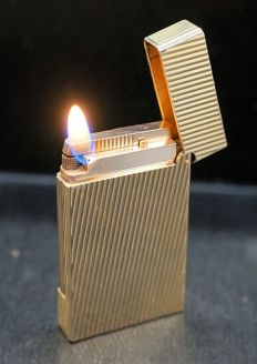 S.T. Dupont lighter, gold plated, chequered - France late 20th century.