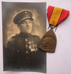 Belgium - War Commemorative Medal 1914-18 with soldiers photo