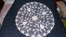 Round towel in bobbin lace from Portugal (Madeira Island 1940)