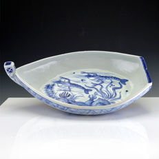 Arita blue and white porcelain boat-shaped dish - Japan - Late Meiji (1880-1900)