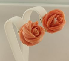 18 kt yellow gold clip-on earrings with coral rose, measurements 1.7 cm wide and 1.4 cm deep