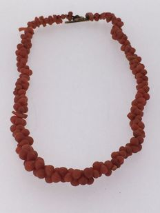 Necklace composed of red coral beads. Necklace length: 36 cm. Toggle clasp in 14 kt gold.
