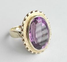 A very distinguished 585 / 14 kt gold ring with a large oval amethyst
