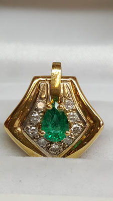 18 kt yellow gold pendant set with diamond and emerald / total length, including eyelet, approx. 22 mm