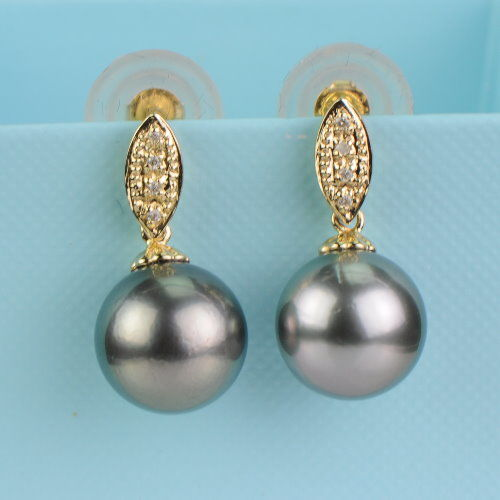 Earrigs with silver-grey Tahitian pearls 10.8mm in diameter and 4 diamonds