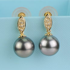 Earrings with silver-grey Tahitian pearls 10.8 mm in diameter and 4 diamonds
