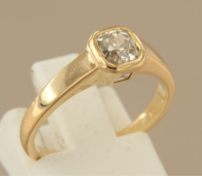 18 kt gold ring with Bolshevik-cut diamond of 0.80 ct and two carré-cut diamonds, 0.10 ct, ring size 16.5 (52)