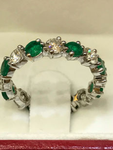 Band in 18kt white gold, diamonds, and emeralds. Weight: 2.58 g