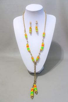Signed SARAH COVENTRY - Necklace and earrings set Gold tone green orange yellow lucitie