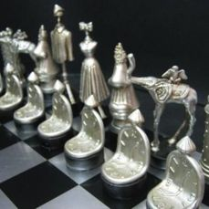 Salvador Dali - Surreal sculptoric chess  - Schaakspel - Metallic materiaal