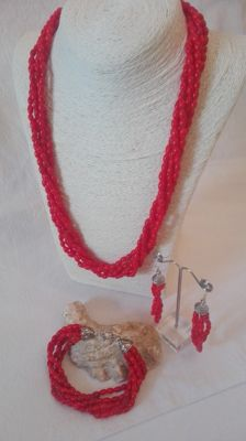 Very fine fiery-red coral set  Necklace, bracelet and earrings with 925 silver details.