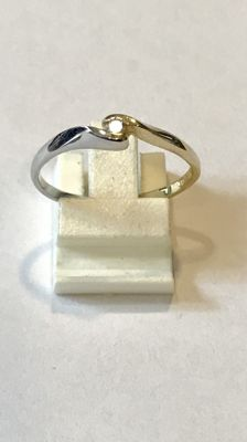 Yellow/white gold, 14 kt, wavy ring with brilliant cut diamond, ring size 19 (60).