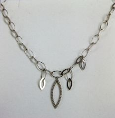 White gold necklace (18 kt) with pendant in the shape of a leaf, with 38 diamonds – length 40 cm