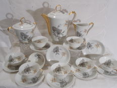 A 19-piece Limoge porcelain tea set, richly decorated with flowers, sleeves and arms in gold.