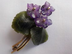 Violets brooch – 14 kt / 585 with amethyst, jade, and 3 diamonds