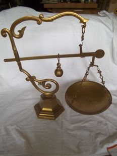 "Large heavy brass scales - flawless - Marked ""MDCV"" - Weight 4.2 kilos - Height 50 cm."