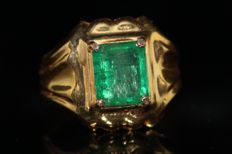 18 kt gold men's ring set with emerald - size 66, 3 ct ***No reserve price***